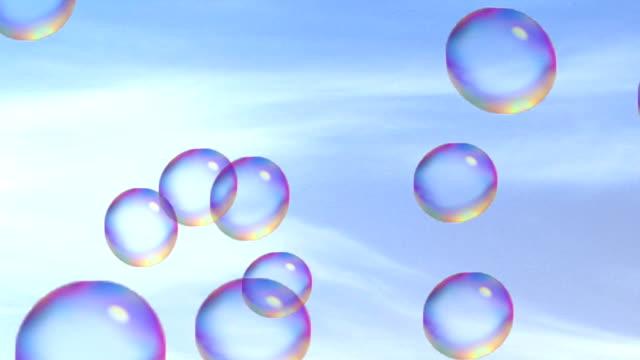 vídeos de stock, filmes e b-roll de bolhas de sabão, voando sobre o fundo de céu nublado na luz solar. - colorful background