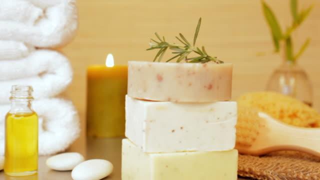 vídeos de stock, filmes e b-roll de sabonetes, toalhas, esponja e óleo de massagem ainda vida - sabonete