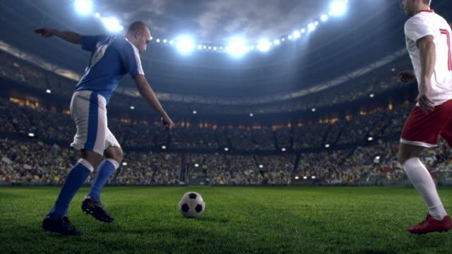 vidéos et rushes de soccer: coup de boule de joueur de football - lieu sportif