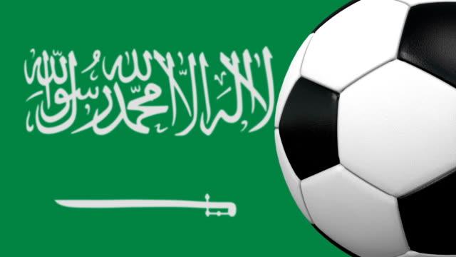 vidéos et rushes de boucle de balle de football avec fond de drapeau saoudien - ligue sportive