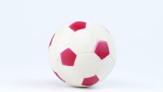 vídeos de stock, filmes e b-roll de bola de futebol girando em um fundo branco. campeonato. mundo. europa. lugar para texto. - campeonato esportivo