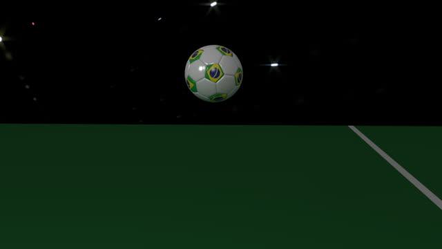 Uma bola de futebol com bandeira do Brasil se desenrola ao longo da linha branca do campo de futebol, renderização 3D, filmagem prores - vídeo