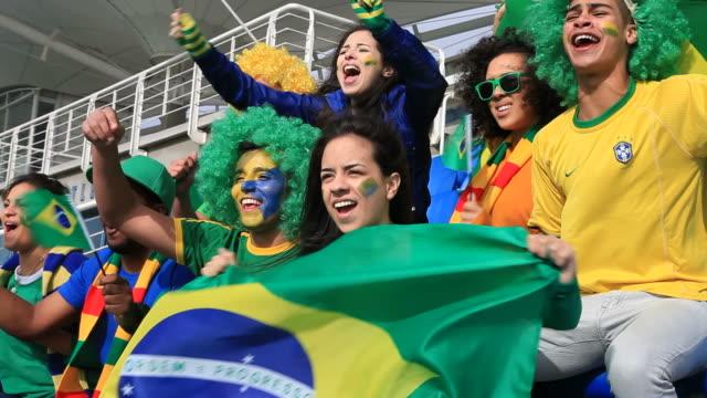 Os fãs de futebol comemorando Brasil, mas se sentindo decepcionado, pois, decididamente, - vídeo