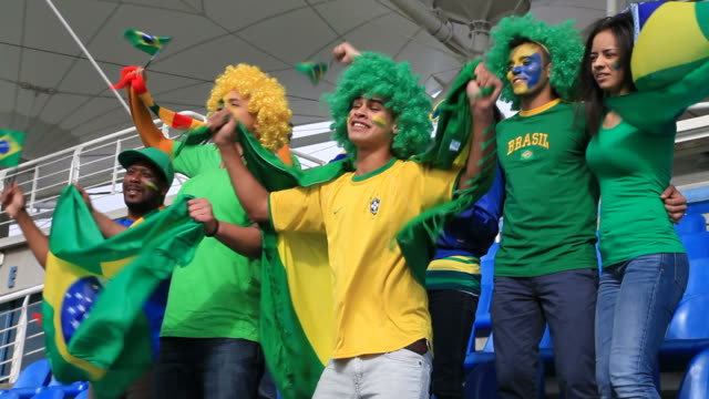 Os fãs de futebol cantando o hino nacional do Brasil - vídeo