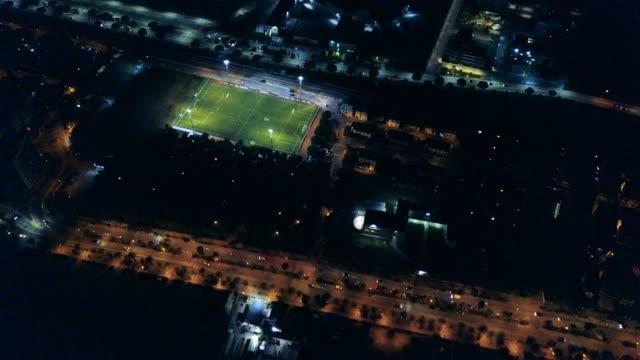 vidéos et rushes de terrain de football dans la nuit - vue aérienne - lieu sportif