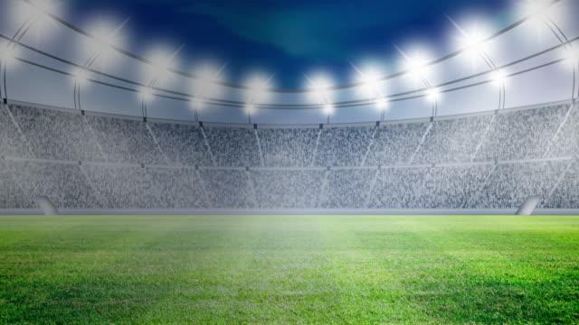 fußball auf der grünen wiese mit hellen scheinwerfern - strafstoß oder strafwurf stock-videos und b-roll-filmmaterial