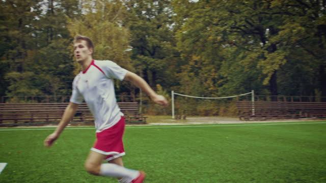 vídeos de stock e filmes b-roll de jogo de futebol momento - equipamento desportivo