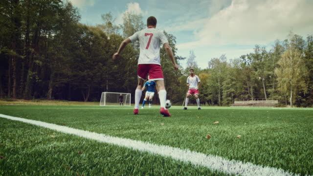 vídeos de stock e filmes b-roll de jogo momento com guarda-redes de futebol - equipamento desportivo