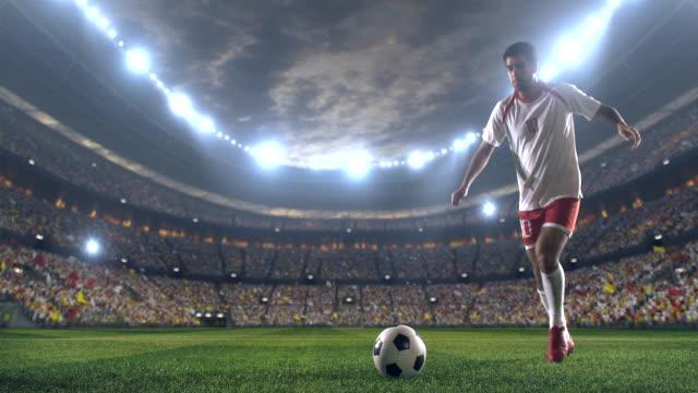 fußballspiel mit torhüter - strafstoß oder strafwurf stock-videos und b-roll-filmmaterial