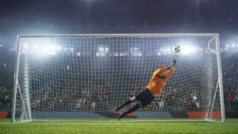vidéos et rushes de gardien de but de football saute et ne parvient pas à attraper la balle - football