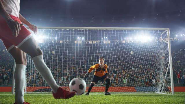 stockvideo's en b-roll-footage met voetbal keeper springt en slaat de bal - samen sporten