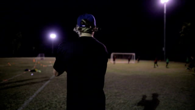 vidéos et rushes de instructeur de football - coach sportif