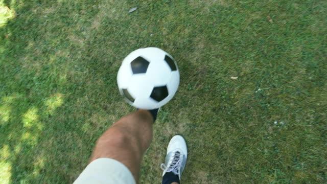 vídeos de stock, filmes e b-roll de manter o futebol pov. - futebol