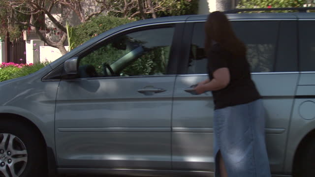 Soccer Mom A Soccer Mom opens the door for her daughter to go to Soccer practice. vänskap stock videos & royalty-free footage