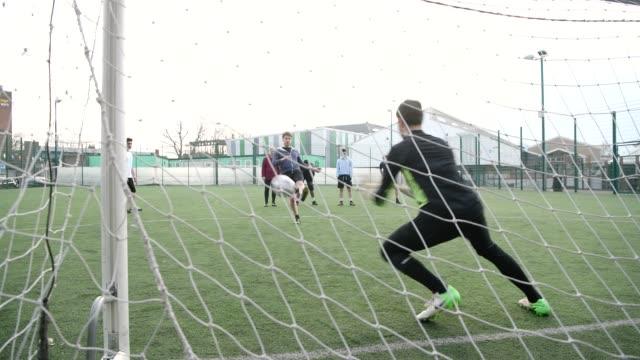 fußballspieler schlägt torwart um ein penalty kick tor - strafstoß oder strafwurf stock-videos und b-roll-filmmaterial