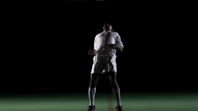 giocatore di calcio di forzieri la sfera e scissor scarpe. - torace umano video stock e b–roll