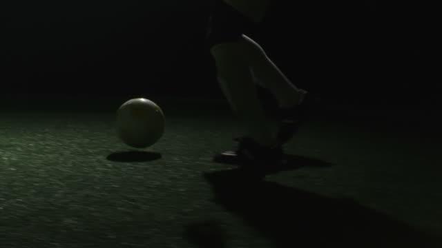 soccer player does nice spin move - kameraåkning på räls bildbanksvideor och videomaterial från bakom kulisserna