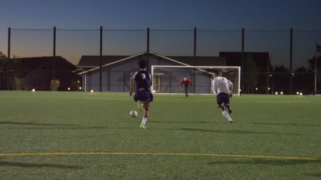 足球運動員運球過去後衛和進球 - 休閒器具 個影片檔及 b 捲影像