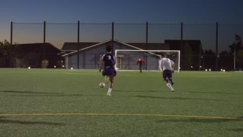 vidéos et rushes de joueur de football dribble passé défenseurs et marquer un but - football