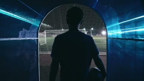 vidéos et rushes de footballeur international entrant dans le champ - football