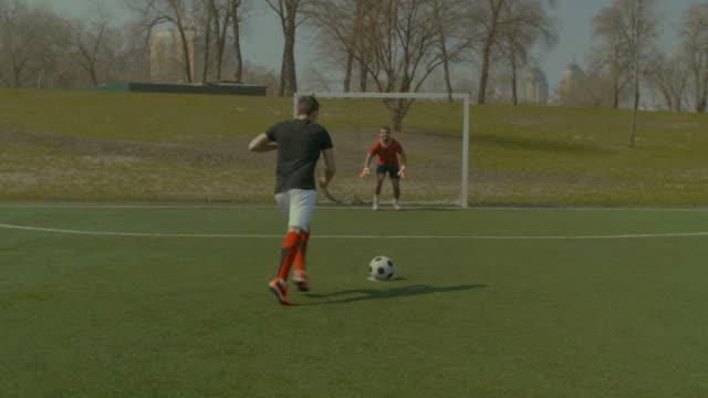 fußball-spieler gehen für elfmeter spiel - strafstoß oder strafwurf stock-videos und b-roll-filmmaterial