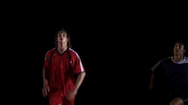 fußballspieler heads den ball - geköpft stock-videos und b-roll-filmmaterial