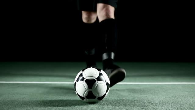 vídeos de stock, filmes e b-roll de jogador de futebol mantém bola fora - futebol internacional