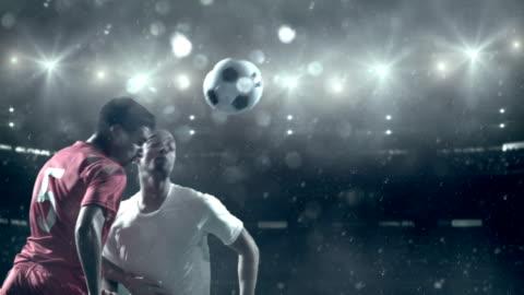 vidéos et rushes de ballon de football joueur frappe au stade - football