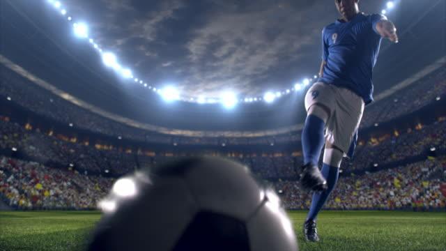 fußball spieler kosten für eine übernachtung - strafstoß oder strafwurf stock-videos und b-roll-filmmaterial