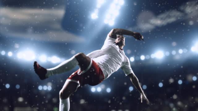 vídeos de stock, filmes e b-roll de jogador de futebol é um jogo dramática - futebol internacional