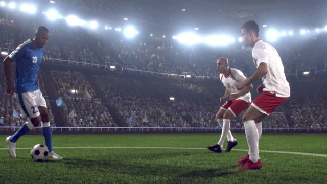 vídeos y material grabado en eventos de stock de es un dribble jugador de fútbol - rivalidad