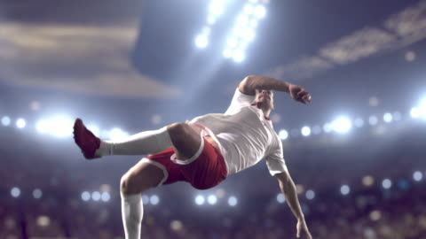 stockvideo's en b-roll-footage met voetbalspeler maakt een kick - 4k resolutie