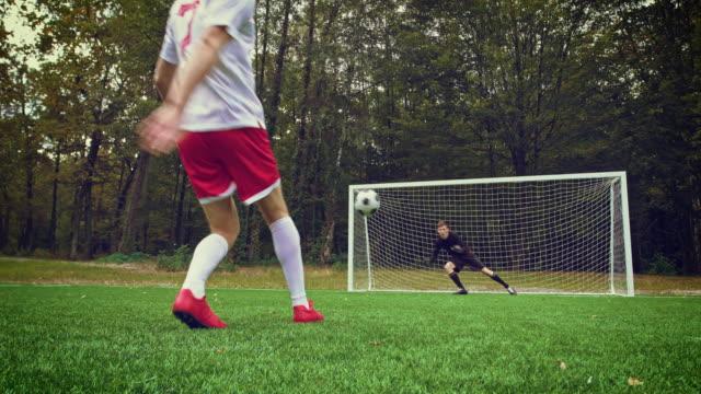 fußballspieler, der ein elfmetertor - strafstoß oder strafwurf stock-videos und b-roll-filmmaterial