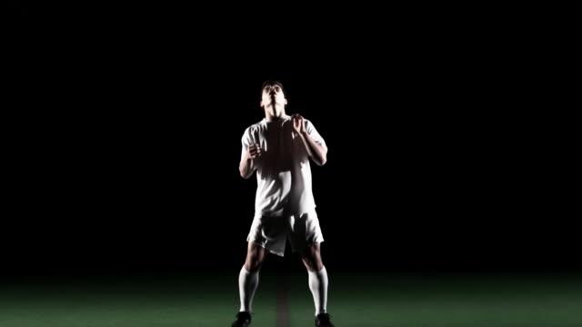 fußball spieler spielt dribbeln tricks. - geköpft stock-videos und b-roll-filmmaterial