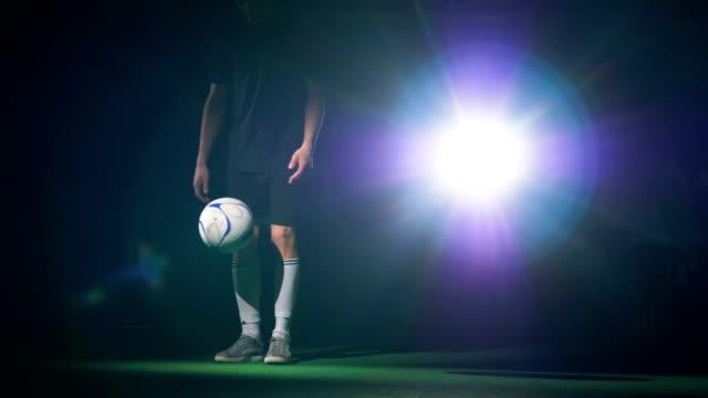 vídeos de stock e filmes b-roll de soccer player playing with a football ball making tricks. slow motion. - liga desportiva