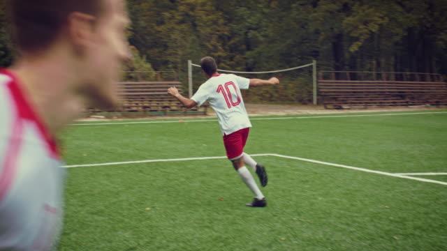 vidéos et rushes de joueur de foot marque un but et s'exécute avec bonheur - ligue sportive