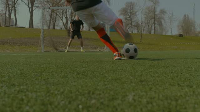 fußball-spieler nehmen einen elfmeter während spiel - strafstoß oder strafwurf stock-videos und b-roll-filmmaterial