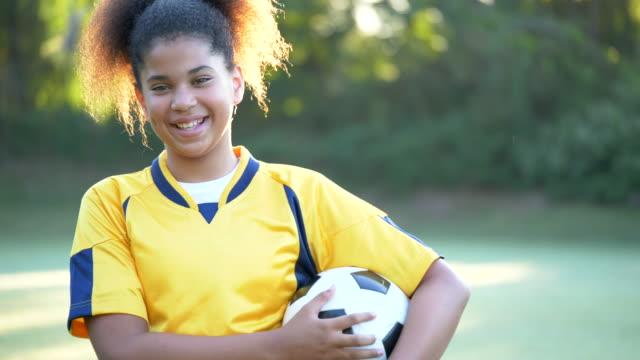 vídeos de stock e filmes b-roll de soccer player - equipamento desportivo