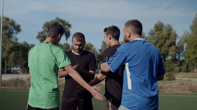fußballmannschaft streitet mit schiedsrichter für entlassung - strafstoß oder strafwurf stock-videos und b-roll-filmmaterial