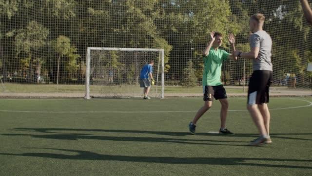 fußball-nationalmannschaft feiert sieg nach elfmeterschießen - strafstoß oder strafwurf stock-videos und b-roll-filmmaterial