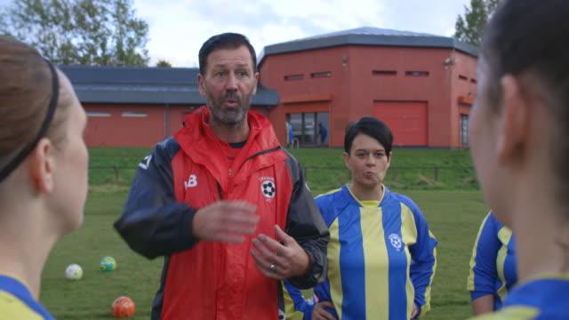 soccer team coach - allenatore video stock e b–roll