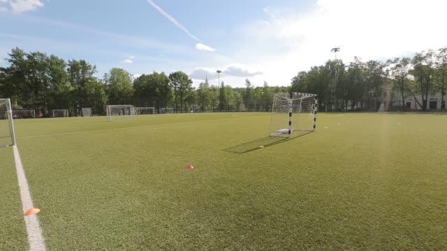 vídeos de stock e filmes b-roll de soccer training field - liga desportiva