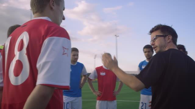 allenamento di calcio sul campo di gioco - allenatore video stock e b–roll