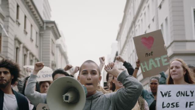 市内でデモを行う社会活動家 - community activism点の映像素材/bロール
