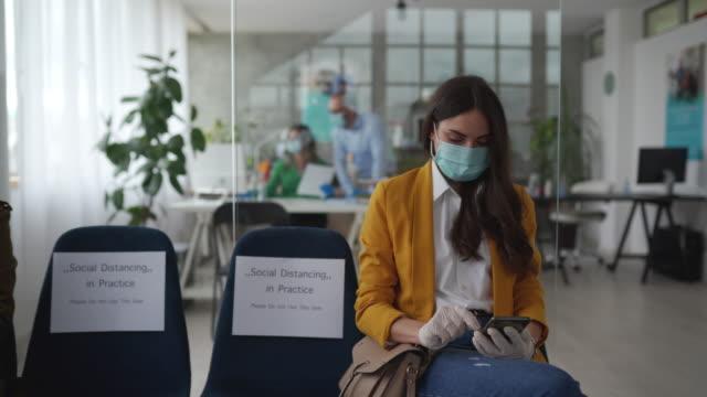 stockvideo's en b-roll-footage met sociale distantiëring is de beste manier om virus te veroveren - corona scherm