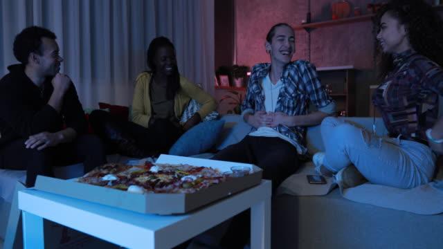 vídeos de stock, filmes e b-roll de encontro social - comida feita em casa