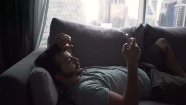 social media addicted - leżeć filmów i materiałów b-roll