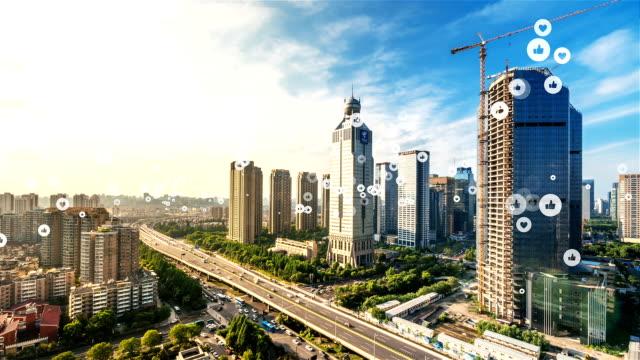 social media-nachricht in smart-city - smart city stock-videos und b-roll-filmmaterial