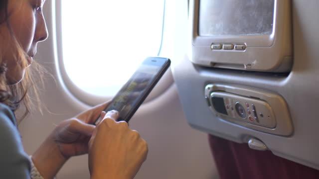 social media on airplane - pasażer filmów i materiałów b-roll
