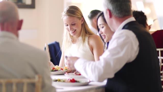 ディナー パーティーで社交 - 食事する点の映像素材/bロール